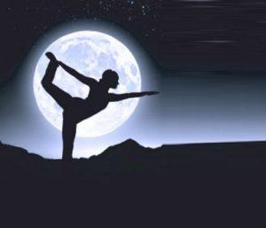 saluto alla luna poszione yoga